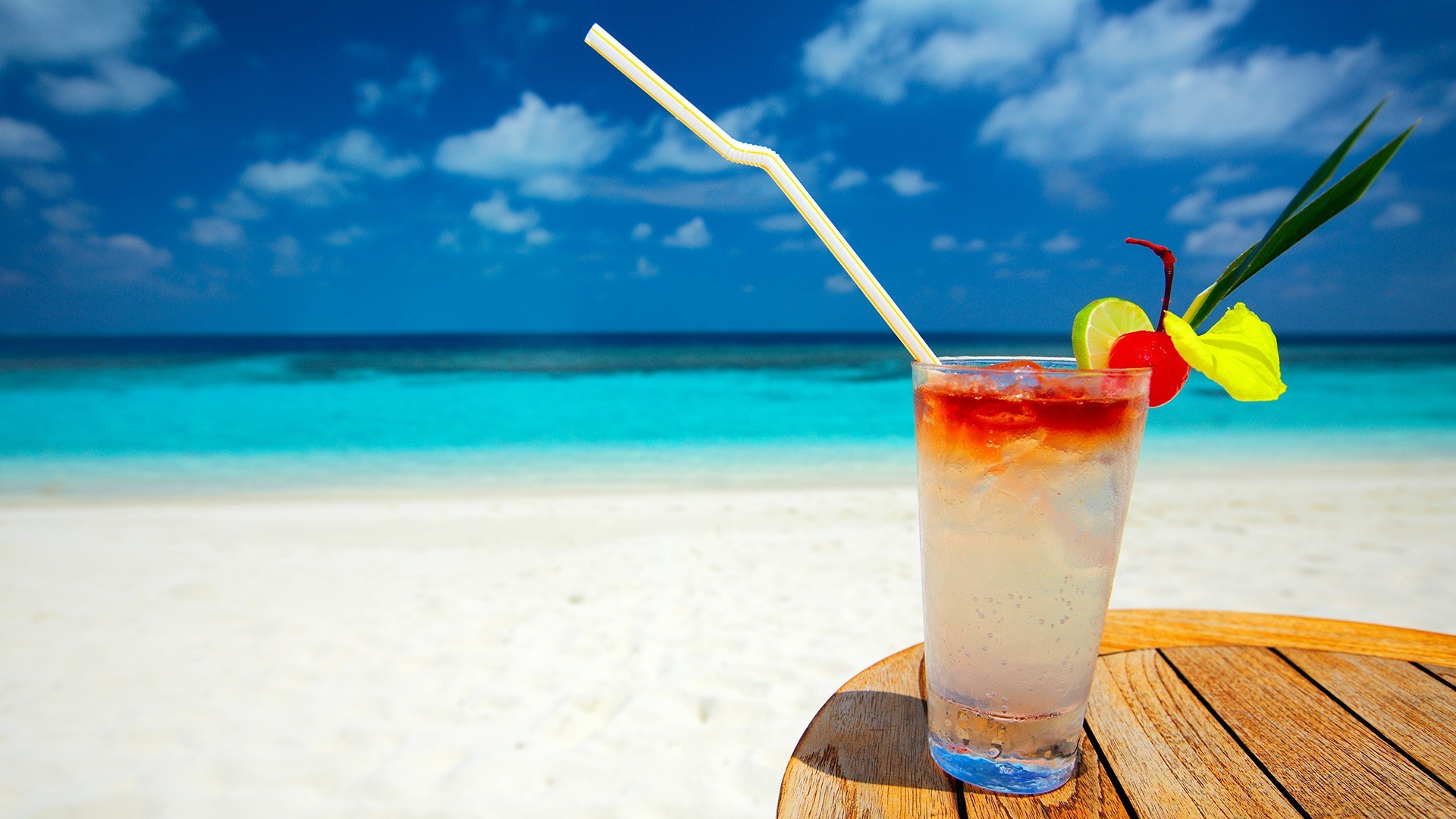 refreshing-cocktail-on-the-beach_067873